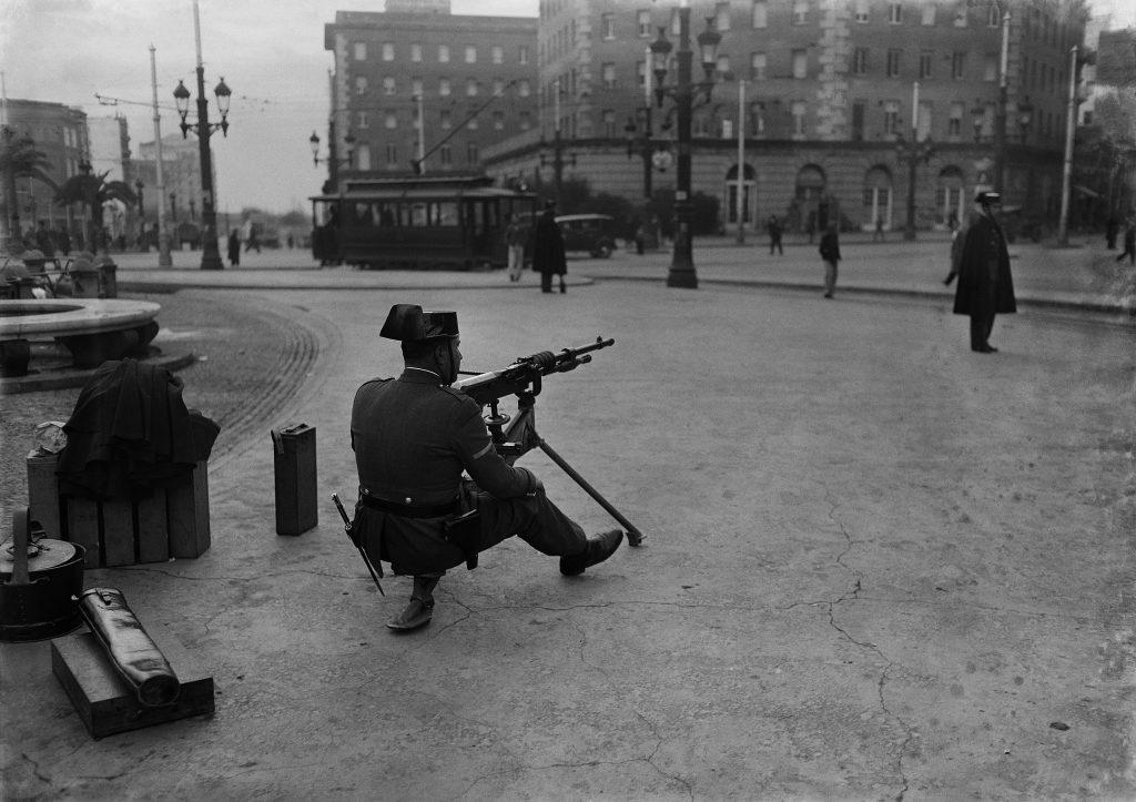 Guàrdia civil a la plaça d'Espanya durant una vaga de transport. 1933. Josep Brangulí. Arxiu Nacional de Catalunya.