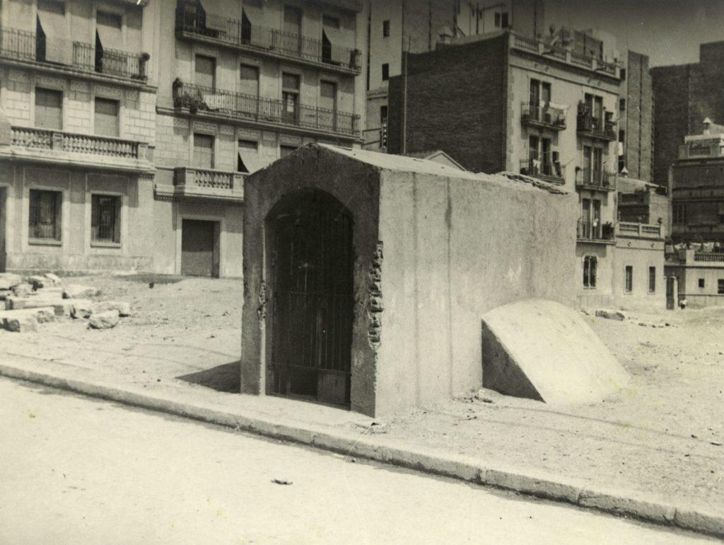 Entrada al refugi de la plaça de la Farga.